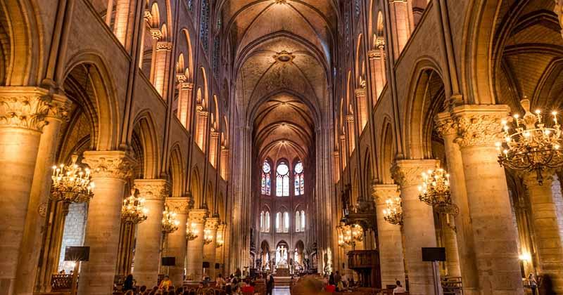 Un enterrement de vie de garçon avec un pèlerinage Notre Dame