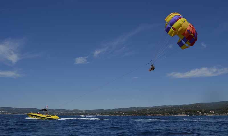 parachute ascensionnel spécialité enterrement de vie de garçon bord de mer